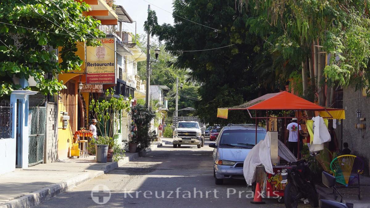 Street scene in the center of La Crucecita