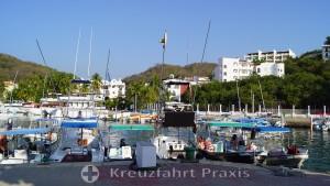 Huatulco - waiting excursion boats