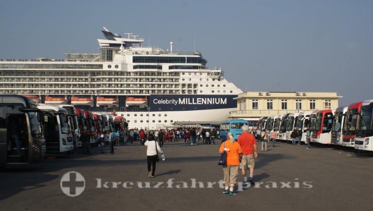 Celebrity Millennium im Hafen von Chan May