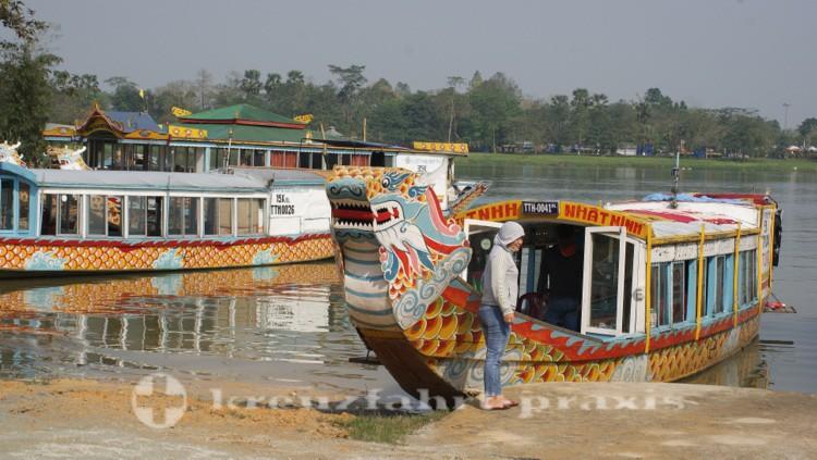 Drachenboot auf dem Huong Giang