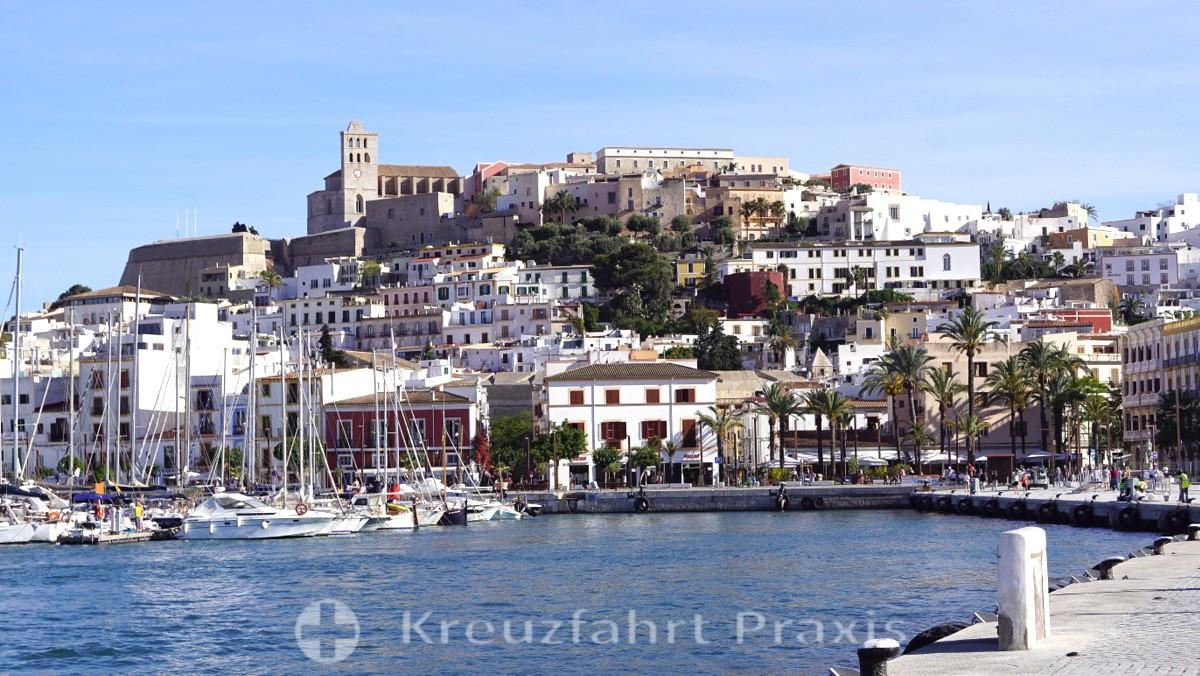 Ibiza Stadt mit der Kathedrale Santa Maria de las Nieves