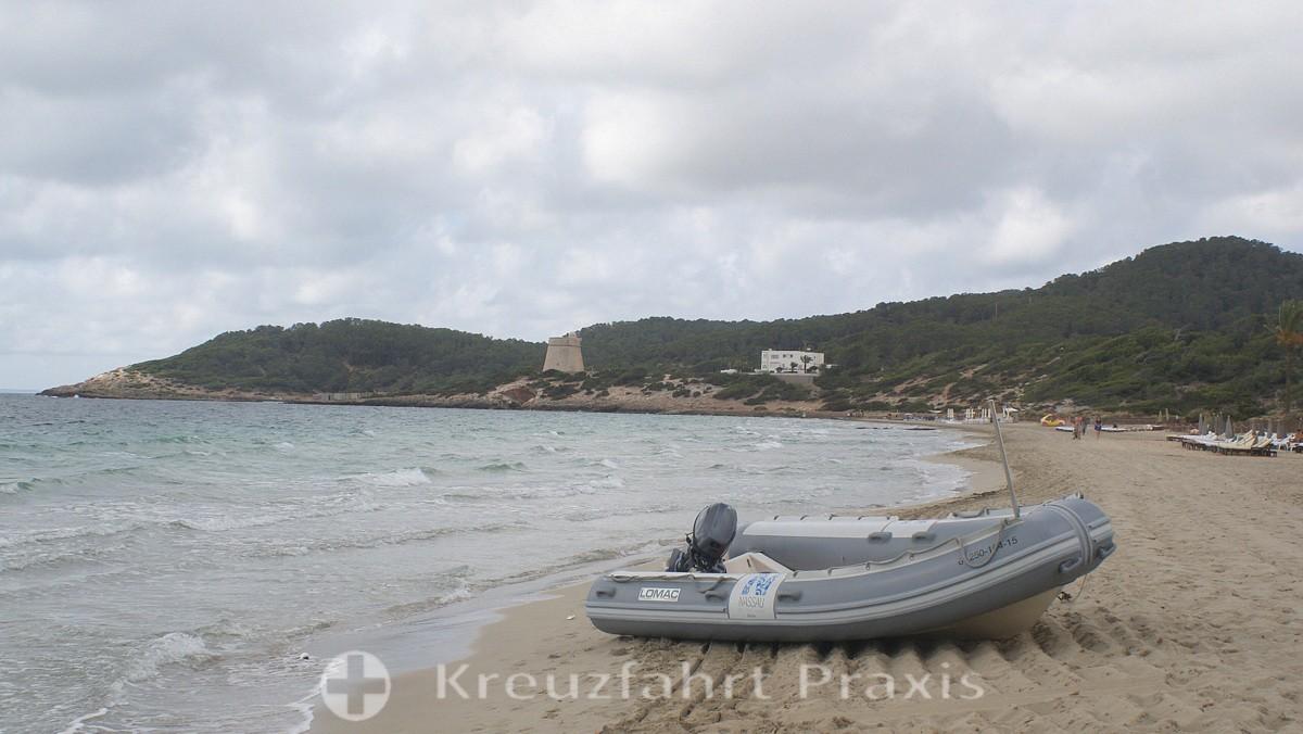 Playa d'en Bossa with the Sa Sal Rossa defense tower