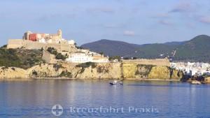Ibiza Stadt - Dalt Vila vom Meer gesehen