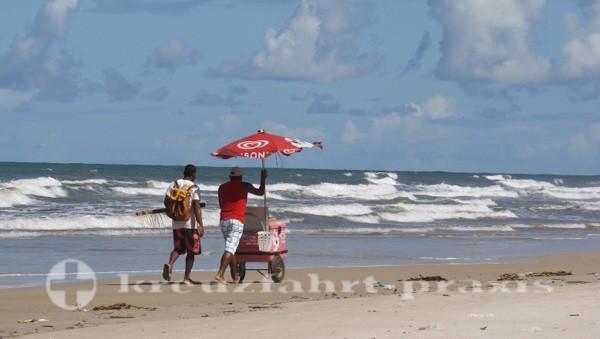 Ilhéus - Wasserverkäufer am Praia dos Milionarios