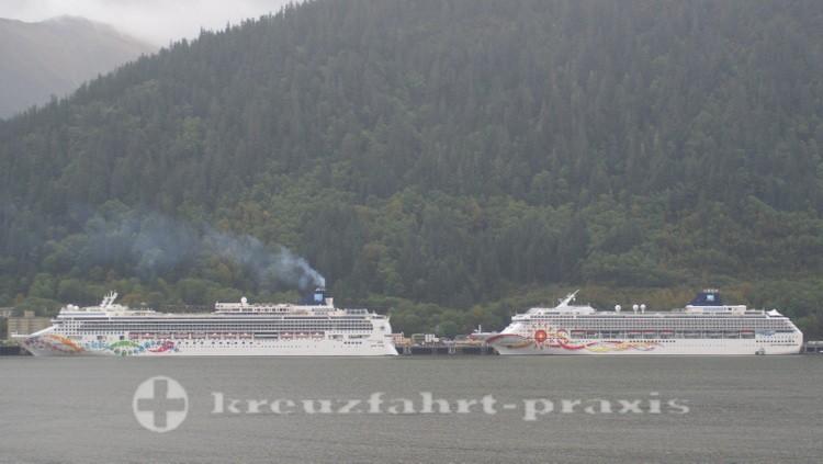 Zwei Kreuzfahrtschiffe liegen in Juneau