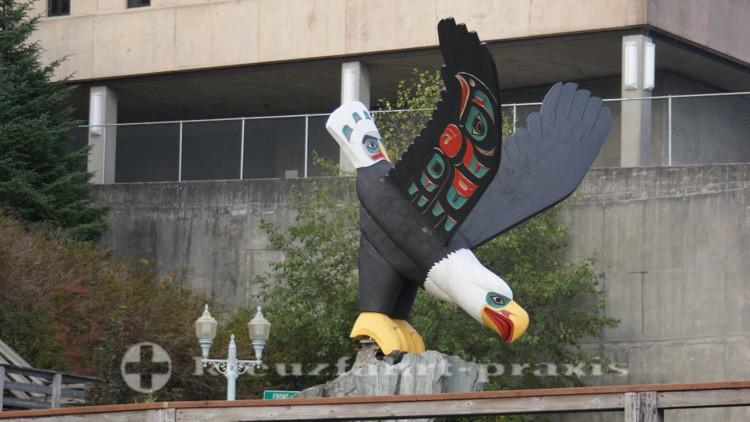 Weißkopf-Seeadler als Totem in Ketchikans Zentrum