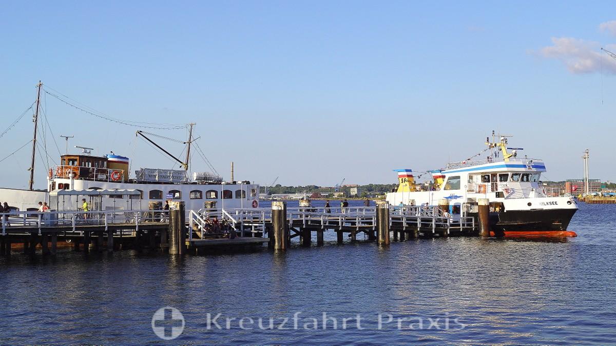 Kiel - Seegartenbrücke with a haulage boat