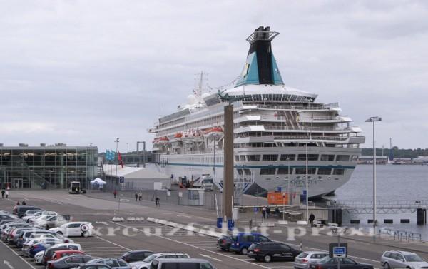 Kiel - Kreuzfahrtschiff am Ostseekai