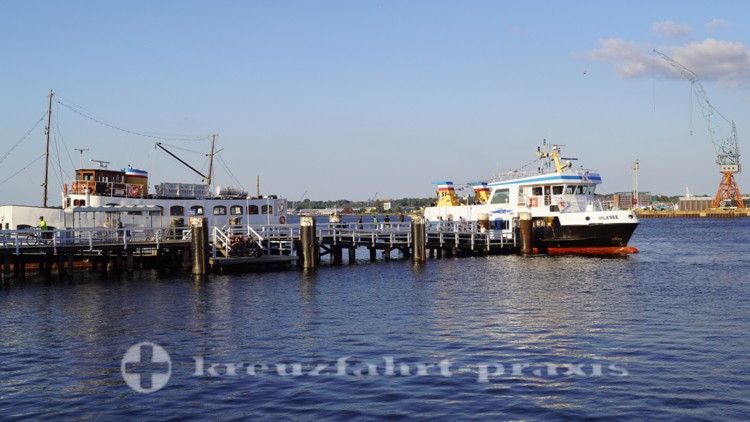 Fördeschiff vor der Seegartenbrücke