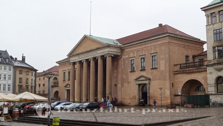 Die Tempelfront des Stadtgerichts