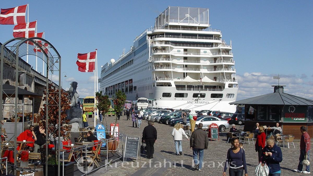 Langeliniekaj with a cruise ship