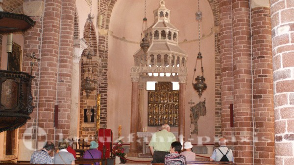 Innenraum der Kathedrale mit dem Ziborium