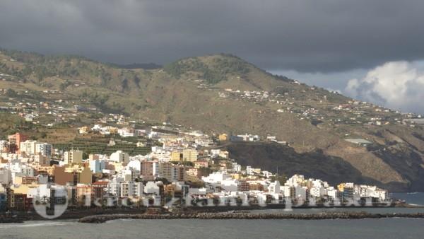 Santa Cruz de La Palma - Im Hintergrund die Steilküste
