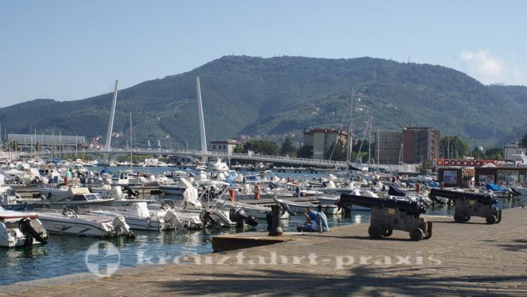 La Spezia - Sportboothafen mit der Ponte Thaon di Revel