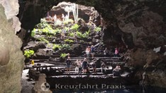 Grotte Jameos del Agua mit Bewunderern