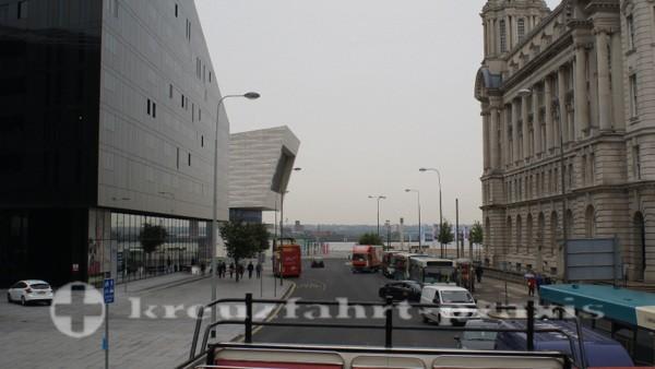 Liverpools Gebäudemix vom Oberdeck des Hop On-Hop Off Busses gesehen