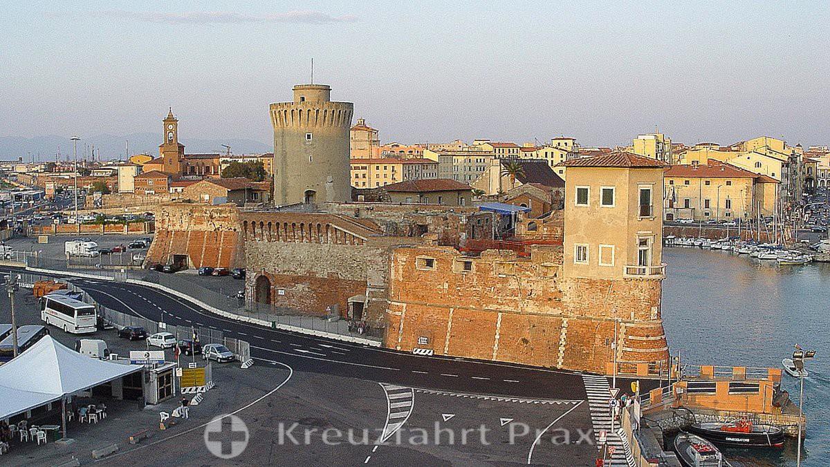 Fortezza Vecchia - im Hintergrund die Kirche San Ferdinando