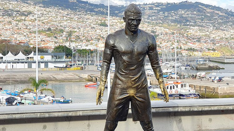 Ronaldo vor Funchals Hafen