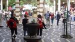 Flaneure in der Markthalle