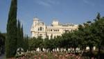 Rosenbeet in den Jardines de Pedro Luis Alonso - Dahinter das Rathaus