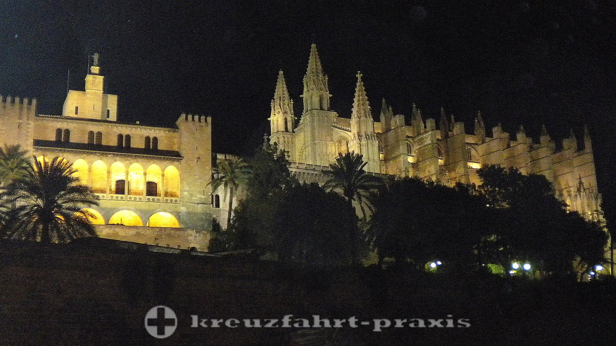 Palma Cathedral in the evening