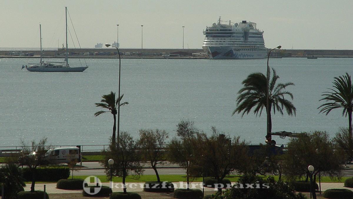 Mole Dique Oeste with the AIDA ship