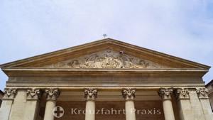 Die Kapelle der Vieux Charité - korinthische Säulen und Zierfries