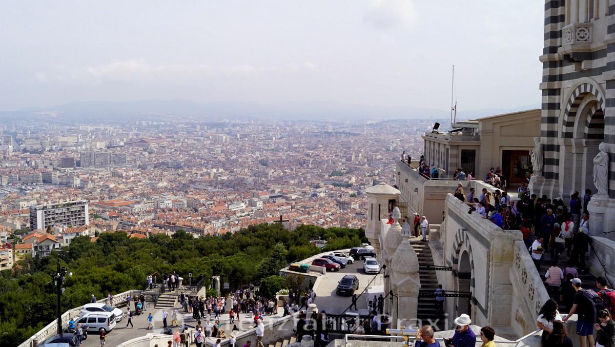 Menschenmassen vor Notre-Dame de la Garde