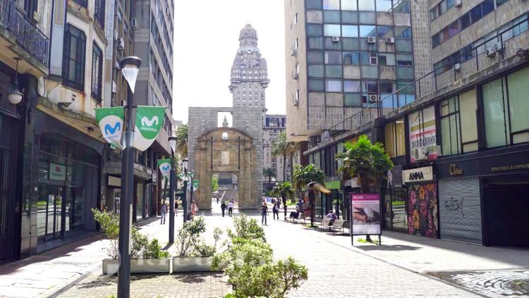 Die Puerta de la Ciudadela an der Plaza Independencia