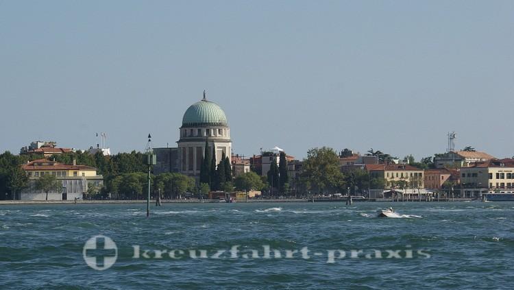 Lido von Venedig mit dem Tempio Ossario