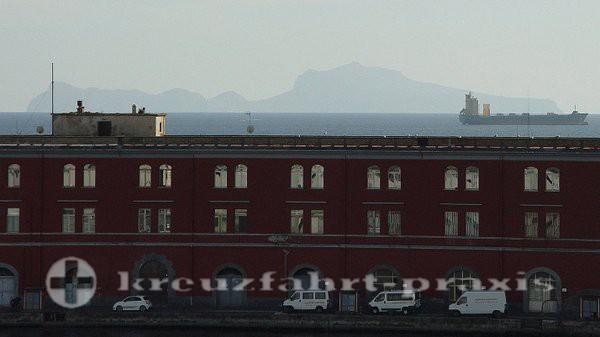 Capri voraus - Von Neapels Cruise Terminal gesehen