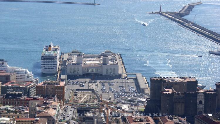 Neapel - Stazione Marittima mit Kreuzfahrtschiff