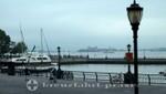 New York - North Cove Marina dahinter Ellis Island