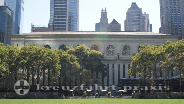 New York - Bryant Park - Dahinter die New York Public Library