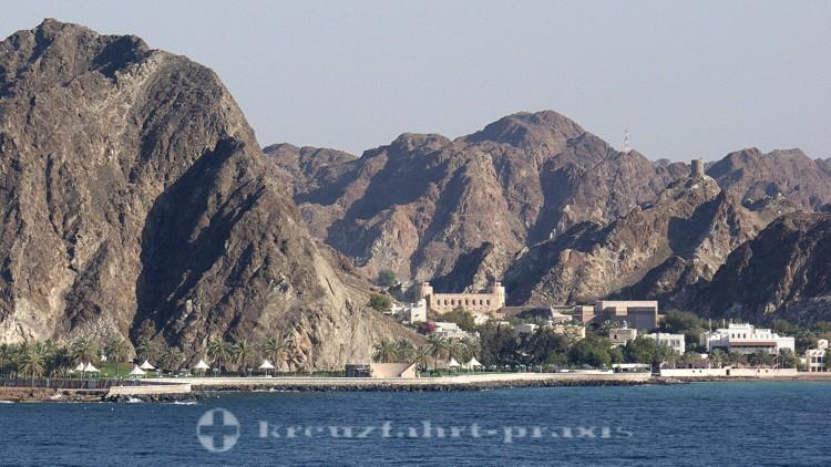 Oman - Maskat - Landschaft mit dem Muscat Gate Museum