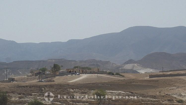 Salalah - Außenbezirk im Hintergrund das Dhofar-Gebirge