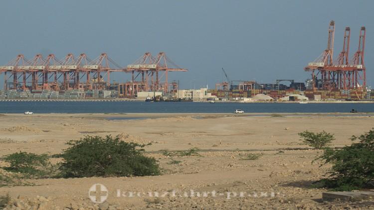 Salalah - Hafen mit Containerterminal