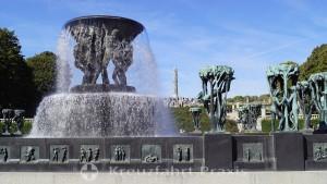 Vigeland Skulpturenpark - Brunnenanlage, dahinter der Monolith