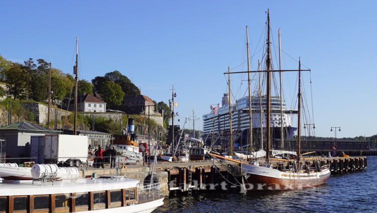 Akershus Festung mit Kreuzfahrtschiff
