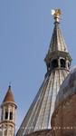 Basilika mit Minaretttürmchen und Engel