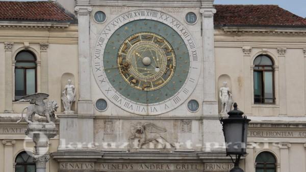 Uhrturm mit Uhr