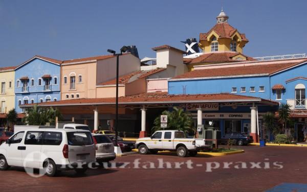 Panama - Colons Kreuzfahrtterminal von Aussen