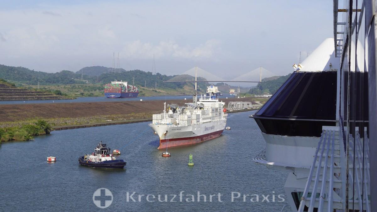 Der Miraflores Lake mit Frachtschiff, dahinter ein Containerschiff im neuen Kanal