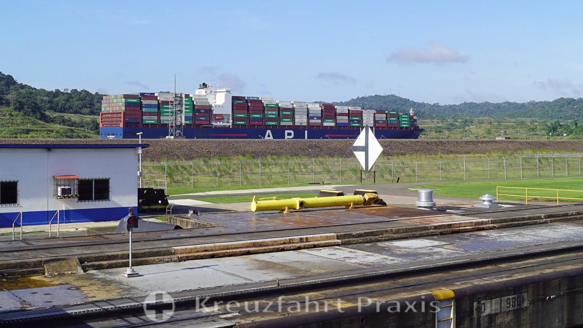 Container Frachter fährt im neuen Kanal