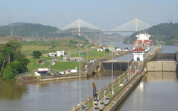 Panamakanal Passage - Pedro Miguel Schleuse mit der Centennial Bridge