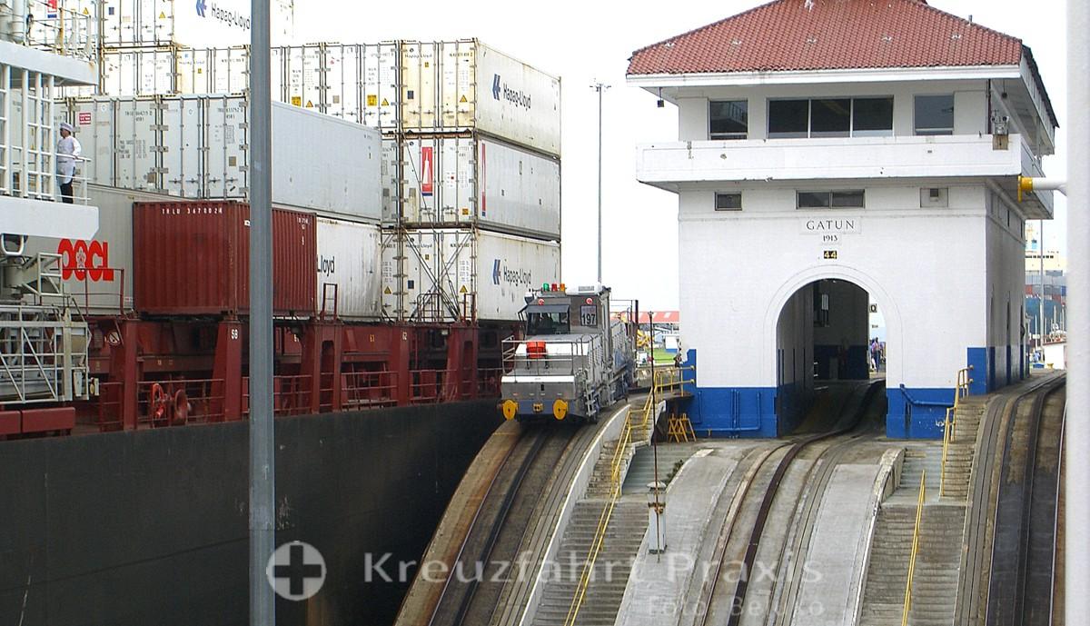 Panamakanal Passage - Containerschiff in der Gatún Schleuse