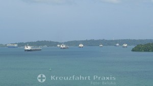 Panamakanal Passage - Gatúnsee - auf Abfertigung wartende Schiffe