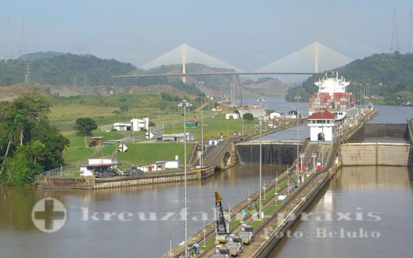 Panamakanal - Pedro Miguel Schleuse dahiner die Centennial Bridge