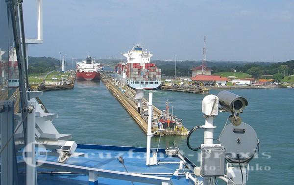 Panamakanal-Passage - Einfahrt in die Gatunschleuse