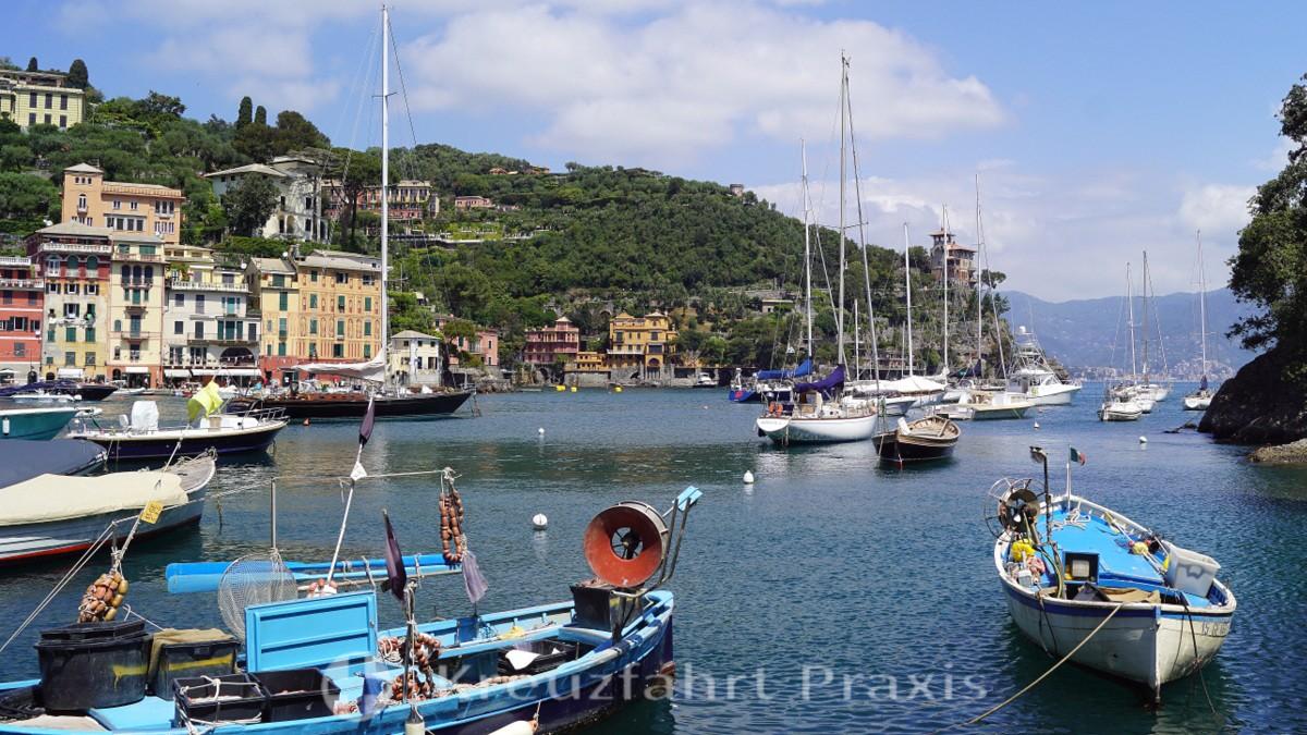Sport und Fischerboote teilen sich die Liegeplätze im Hafen